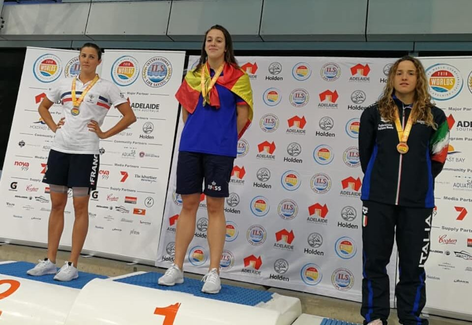 Antía García Silva en lo más alto del podio con el oro en 100 metros remolque de maniquí con aletas absoluta femenina