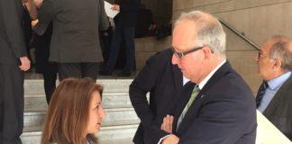 Isabel García Sanz, presidenta de la Real Federación Española de Salvamento y Socorrismo, y Juan Miguel Gómez, director de Proyectos de la Fundación Trinidad Alfonso, tras la firma del acuerdo.