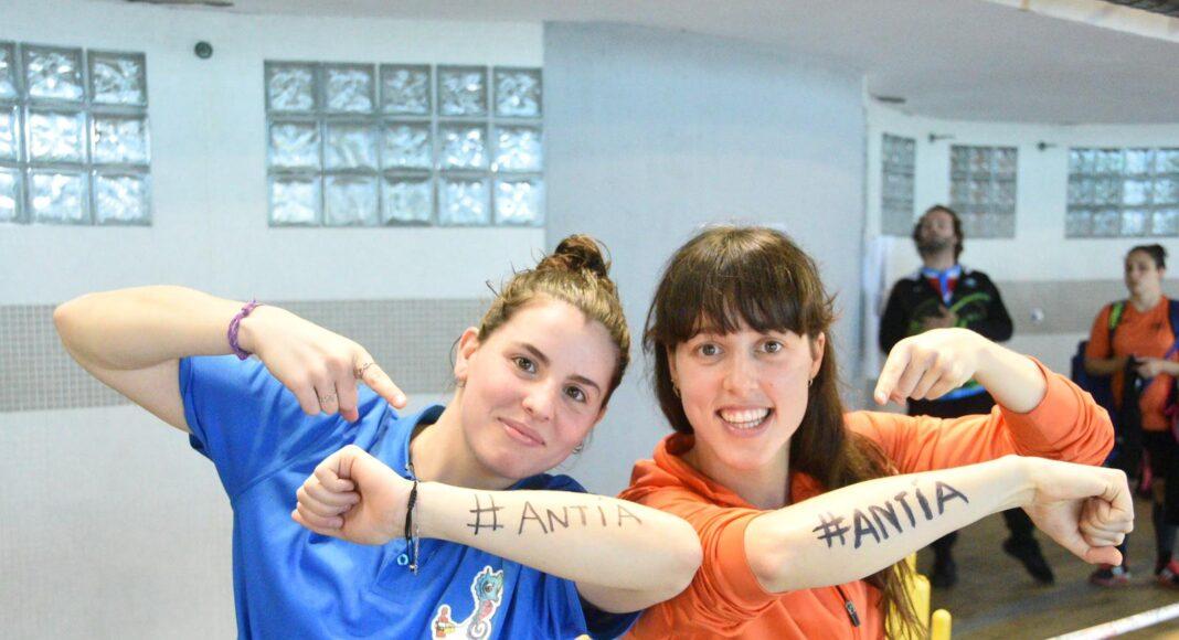 Las socorristas Nuria Payola e Isabel Costa recuerdan a su compañera Antía García Silva, que el año pasado batió el récord del mundo en 100 metros de remolque de maniquí con aletas absoluto femenino en el Abierto Internacional-Campeonato de España de Primavera y que este año no ha podido competir por estar lesionada. #SOSEuropeCup19